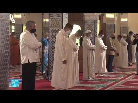 المغاربة يحتفلون بإعادة فتح المساجد في البلاد مع تخفيف الإجراءات الصحية
