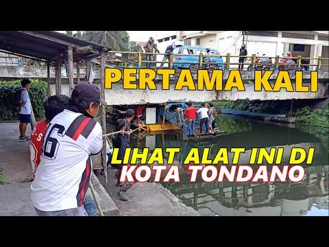 Pembersih Eceng Gondok Tersangkut di Kolong Jembatan Kota Tondano