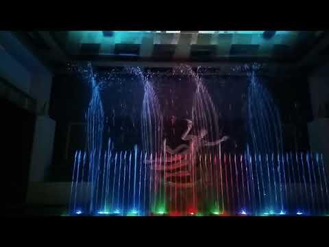 জাকার্তার শপিং মলে ইন্দোনেশিয়ায় রঙ্গিন পানির খেলা। At Jakarta in a shopping mall
