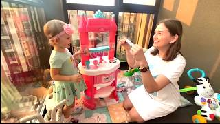 Распаковка кухни Princess Disney. Полина и мама готовят еду Видео для девочек
