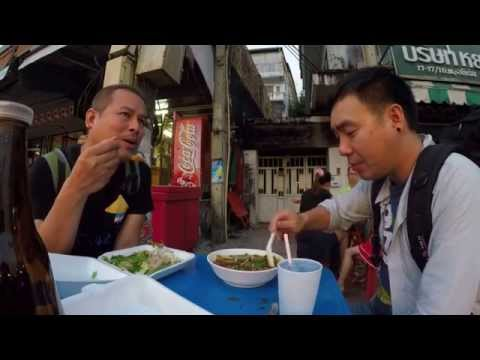 Street food with mr.hotsia Chiang rai Thailand ข้าวเย็นที่แม่สาย