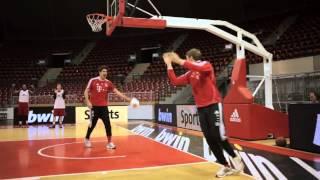 Футболисты Баварии играют в баскетбол!