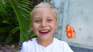 Alicia y papá cambiando dulces en juguetes