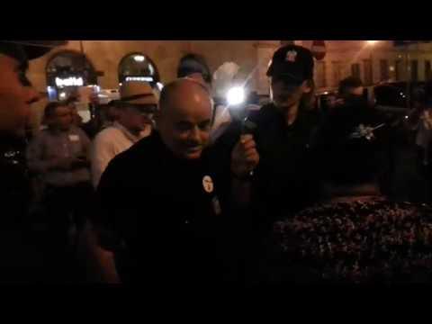 Pułkownik Mazguła legitymowany przez policję. Tłum krzyczy: Jak za komuny!
