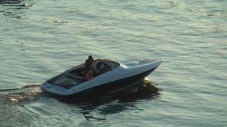 Amazing sounding V8-boat taking off