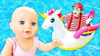 Vidéo pour enfants. Baby Anabell prend un bain. Le mime fait peur au requin