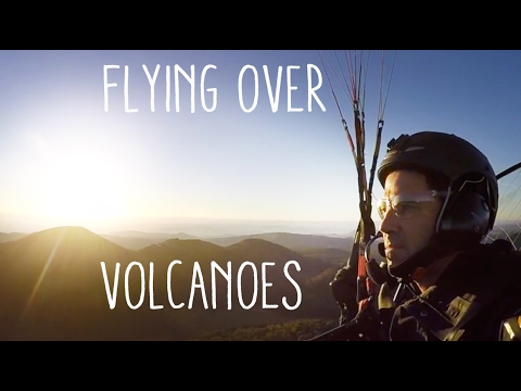 Flying over volcanoes in central France - Paramoteur au Puy de Dome
