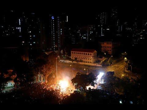 جامعة في هونغ كونغ باتت مسرحا لمواجهات عنيفة بين المتظاهرين والشرطة  - 12:01-2019 / 11 / 18