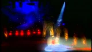Красивый танец девушки в красном