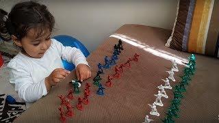 Ayşe Ebrar Küçük Askerlerle Savaş Yaptı . Bakalım Savaşı Kim Kazandı | For Kids Video
