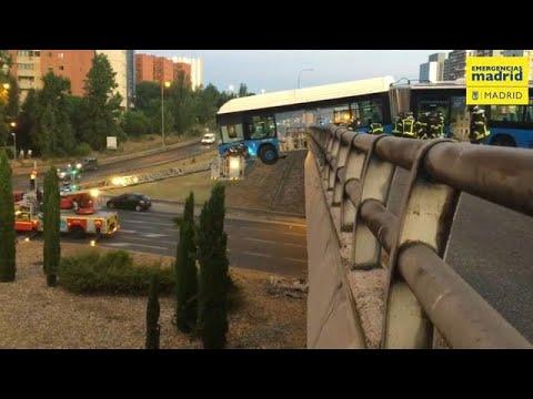 Autocarro fica pendurado em viaduto após acidente