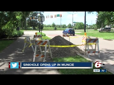 Large sinkhole closes part of McCulloch Boulevard in Muncie