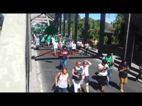 Tras una masiva protesta, liberaron los puentes Neuquén-Cipolletti y Centenario-Cinco Saltos