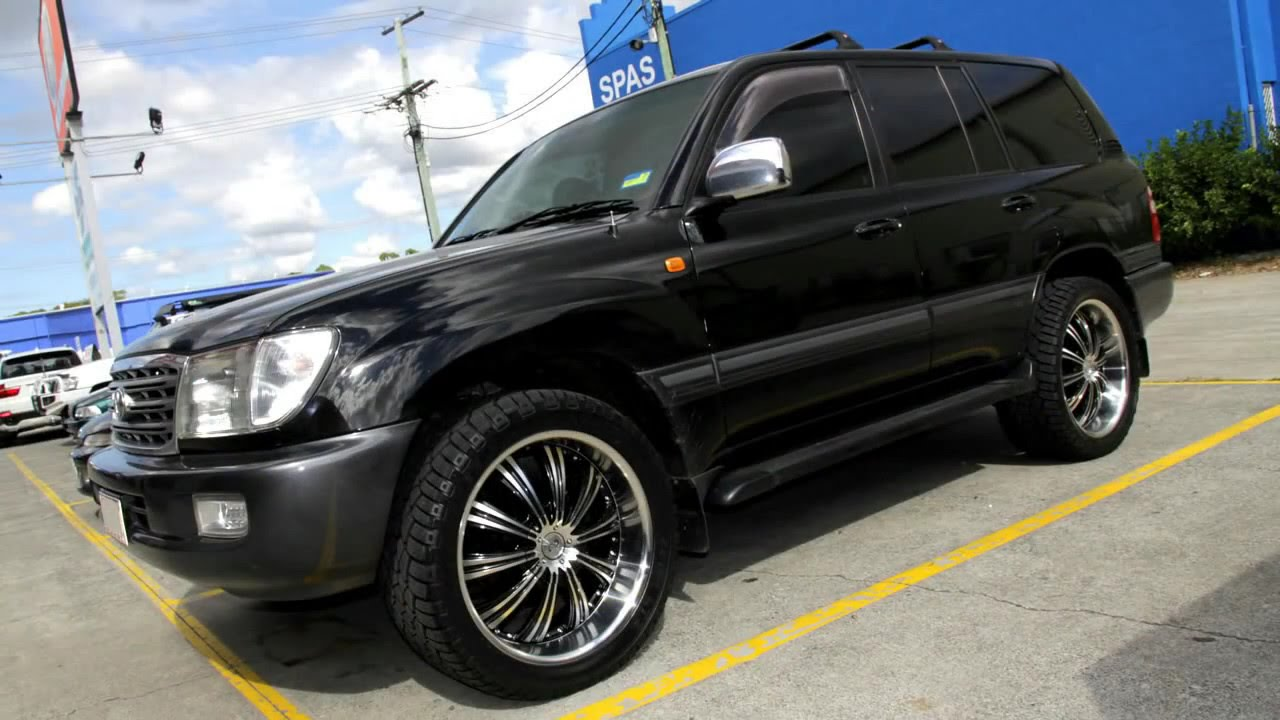 2006 toyota land cruiser 100 series 22 inch custom rims g2 180Кадр из видео 2006 toyota land cruiser 100 series 22 inch custom rims g2 180 wheels