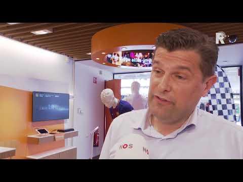 Directeur klantenservice Sjors de Visser van Ziggo en klant Monica Asselé