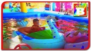Loc de joaca pentru copii cu barci pe apa si masinute in parcul expozitiei cu Bogdan's Show.