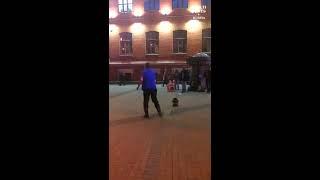 Мужчина танцует под живую музыку в Москве