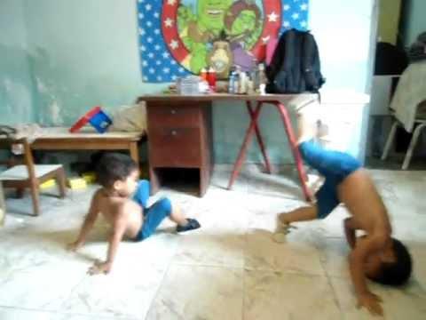 Gemeos de Tres anos Igor e Davi jogando...