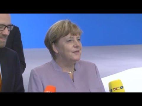 Merkel bekommt die 360-Grad-Kamera erklärt