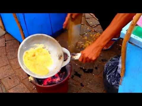 Kerak Telor  อาหารอินโดนีเซีย อาหารทานเล่น ขนมทำจากเมล็ดข้าว เครปข้าว