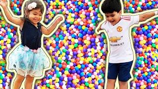 Crianças Brincando na Piscina de Bolinhas e Escorregador Infantil