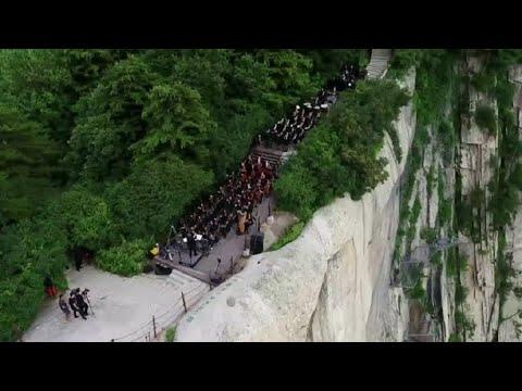 بالفيديو   حفل موسيقي صيني على قمة جبل هواشان الشاهق  - نشر قبل 4 ساعة