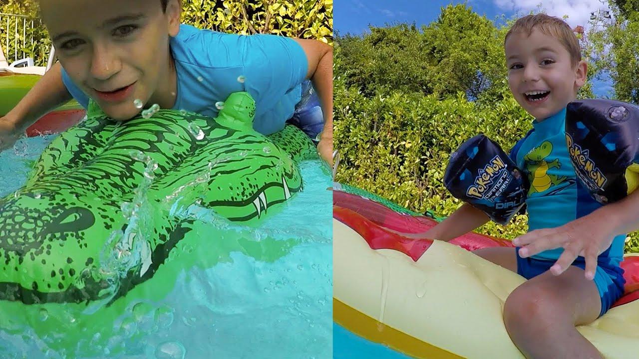 Bataille dans la piscine sur des chevauchables jeux for Swan et neo piscine
