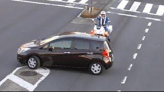 運転手さんダメダメ!白バイの目の前で赤信号の交差点に信号無視で進入し立ち往生してしまった高齢ドライバーを叱る交通機動隊!Police motorcycle of Japan