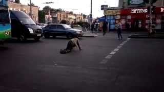 Пьяный сторонник АТО переходит дорогу в Запорожье