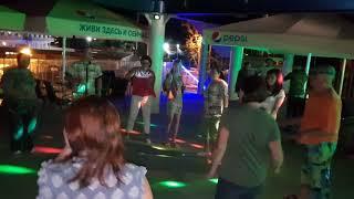 Самые стойкие - танцуем :)))) от души Витязево Параход!!!