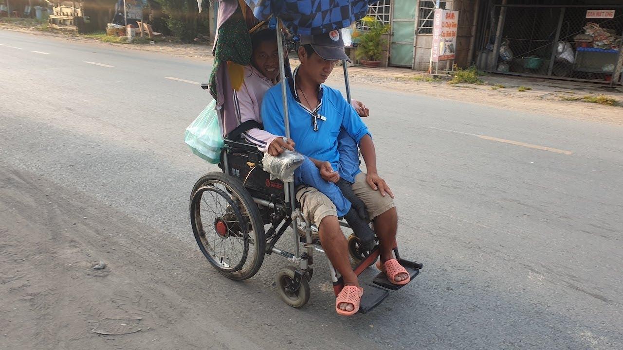 Thương cảnh vợ chồng mù bại liệt đèo nhau trên chiếc xe lăn xiêu vẹo