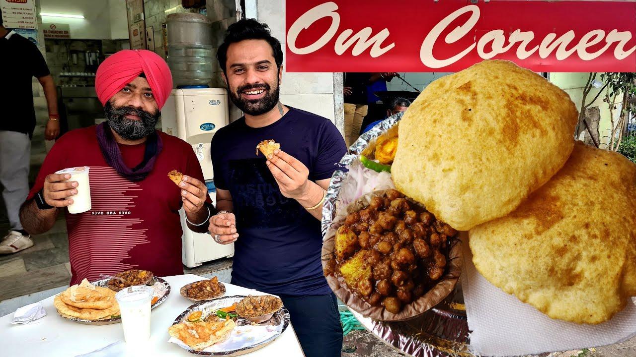 MASHOOR CHOLE BHATURE OM CORNER KE, Karol Bagh. Reaction to Famous Chole Bhature. Delhi Street Food