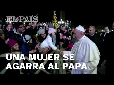El PAPA Francisco GOLPEA En La MANO A Una MUJER Que Lo AGARRA