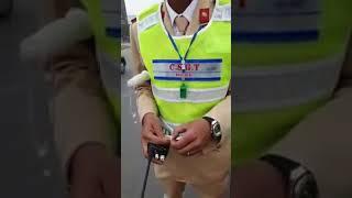 Cảnh sát giao thông bắt lỗi tài xế taxi ko đồng phục  bi tài  xế  bắt lỗi lại