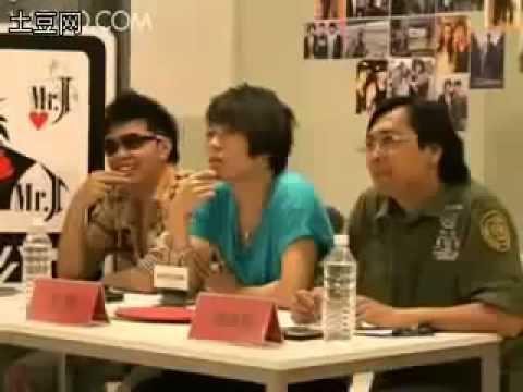 Bị chê hát dở, thí sinh TQ Idol cởi áo lót ném ban giám khảo