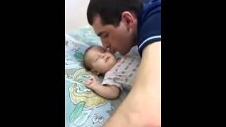 Папа знает, как уложит ребенка спать