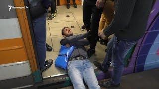 Ակտիվիստները մոտ տասը րոպեով փակեցին երթևեկությունը մետրոյի «Հանրապետության հրապարակ» կայարանում