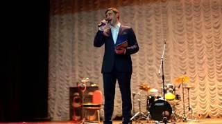 Сергей Железняк поет песню