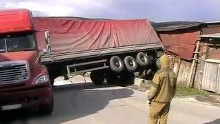 Спасатели убирают с дороги фуру в Усть-Катаве