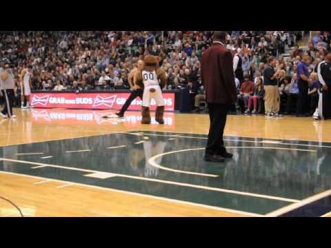 0 Árbitro da NBA não resiste e começa a dançar Gangnam Style com um dos mascotes