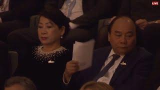 Thủ tướng Nguyễn Xuân Phúc quạt xoành xoạch khi nghe hòa nhạc Elbphilhamonie tại Hamburg hôm 7.7