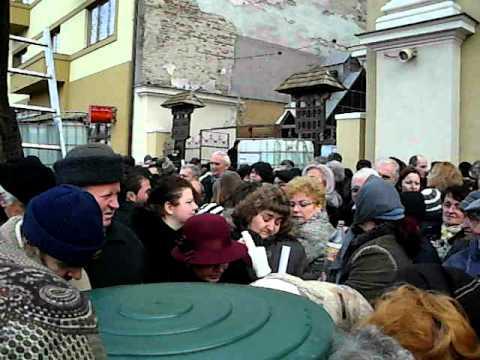 Circa 300 de orădeni şi-au luat apă sfinţită de la Biserica cu Lună