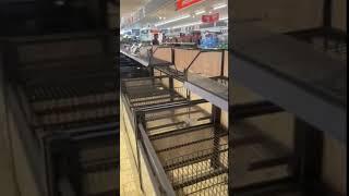 Поляки раскупают все товары в магазинах из-за коронавируса.