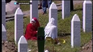 شاهد: دفن رفات 127 من ضحايا