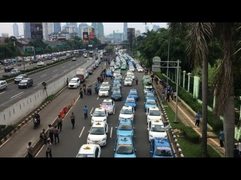Indonesian drivers stage violent anti-Uber protest