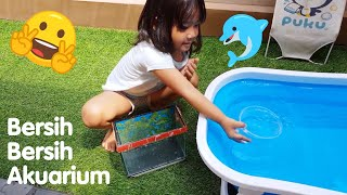 Membersihkan Akuarium Ikan Ikan Kecil Lucu Warna Warni | baby playing with fish
