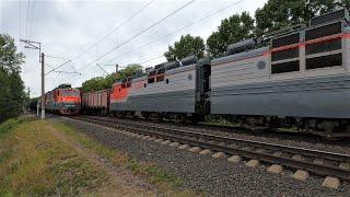 Отправление сдвоенного состава и два встречных поезда