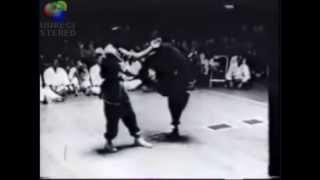 Брюс Ли показывает, как бить быстрый удар ногой (замедленная съемка)