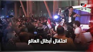 كيف احتفل لاعبو منتخب مصرللناشئين بفوزهم بكأس العالم لليد عقب وصولهم مطار القاهرة