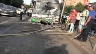 Автобус снес остановку в Москве: первые кадры с места аварии